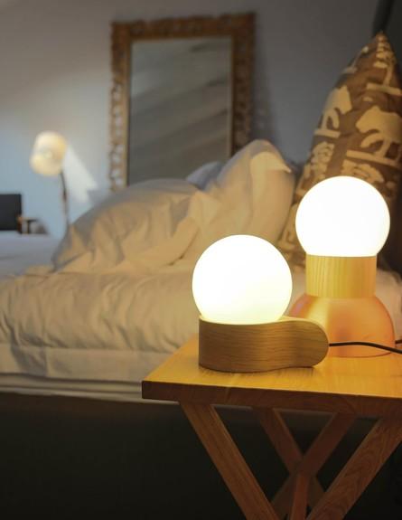 הפקת אור, אסף וינברום שולחן גובה (צילום: לימור הרצוג אהרוני)