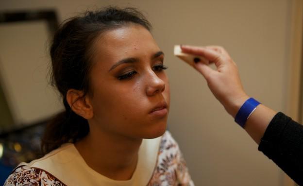 טינה איברגימוב בחדר האיפור (צילום: רועי ברקוביץ')