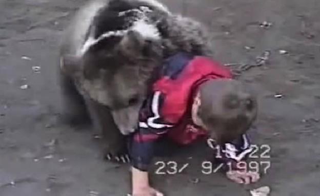 דוב משחק עם ילד (צילום: liveleak.com)