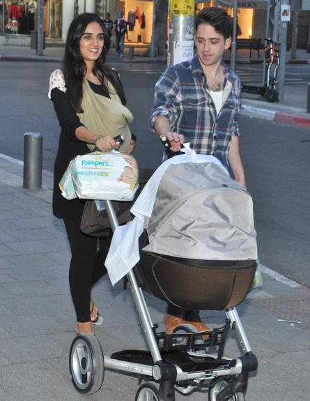 לירז צ'רכי ותום אבני עם בתם  (צילום: צ'ינו פפראצי)