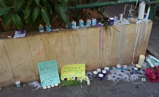 אריק איינשטיין נרות זכרון ליד ביתו (צילום: מתוך הפייסבוק של Sharon Arami)
