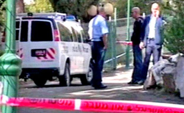 שוטרים בזירת הרצח, מעלות 2009 (צילום: חדשות 2)