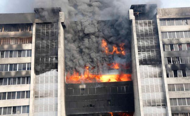 צפו: מפעל בדים עולה באש (צילום: רויטרס)