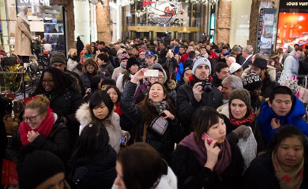 """צפו: חגיגת הקניות השנתית בארה""""ב (צילום: AP)"""