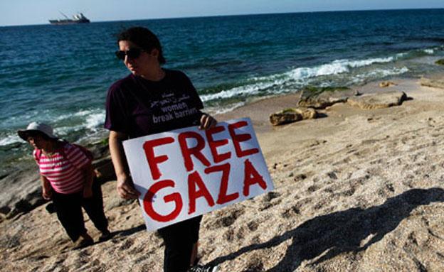 פעיל למען המשט לעזה בחוף הים באשדוד (צילום: חדשות 2)
