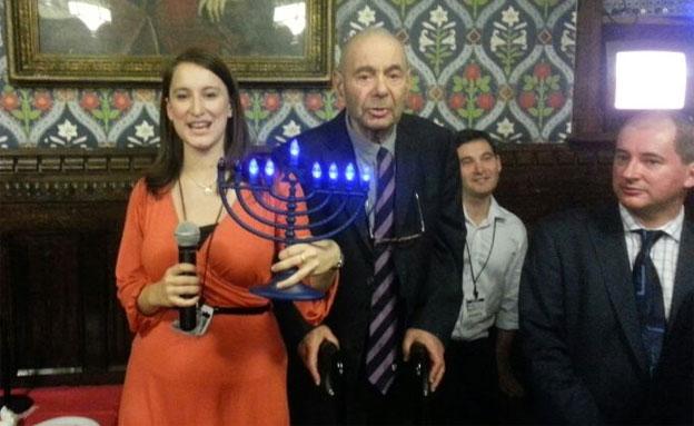 הדליקו נרות, גם בלונדון. הערב (צילום: חדשות 2)