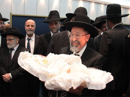 אבי מימרן יחד עם בנו עובדיה יוסף (צילום: שלומי כהן)