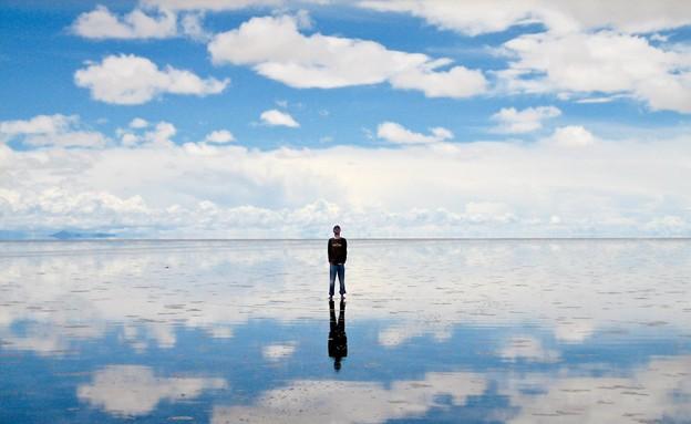 אדם עומד בסלאר, נוף סוריאליסטי (צילום: Wikimedia Commons)