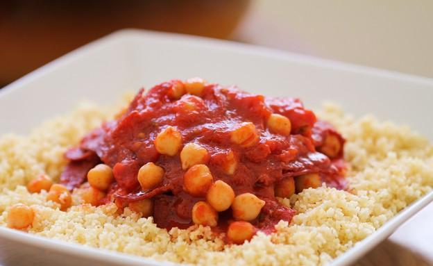 """תבשיל חומוס ועגבניות על מצע בורגול (צילום: עידית נרקיס כ""""ץ, אוכל טוב)"""