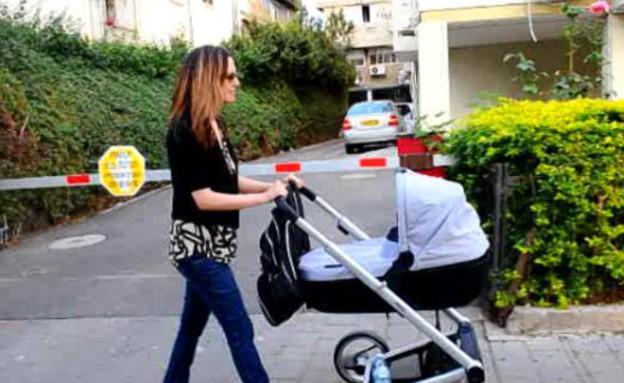 יונית לוי מטיילת עם התינוק (תמונת AVI: צילום מסך)