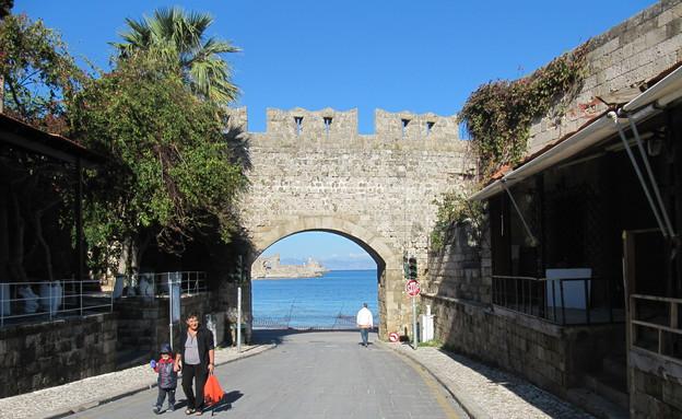 אחד השערים לעיר העתיקה, רודוס בחורף (צילום: קווינקו)