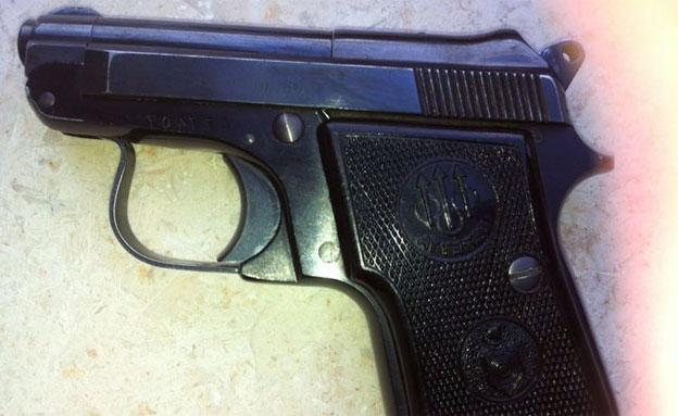 """""""קיבלתי במתנה"""". האקדח שנמצא (צילום: דוברות משטרת צפון)"""