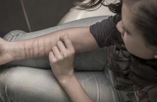 נערה מנסה להתאבד (צילום: grummanaa5, Thinkstock)