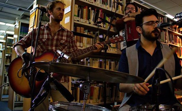 מנגנים בספרייה (צילום: אלון נחום)
