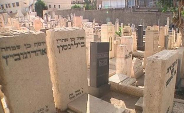 צפו: הסיפור של בית הקברות טרומפלדור (צילום: חדשות 2)