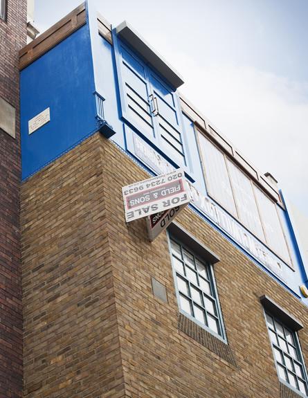 בית הפוך, שלט גובה