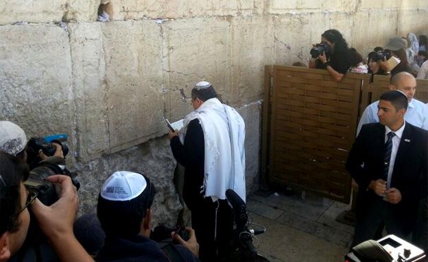 תפילה בכותל אחרי הזיכוי (צילום: שי גל, חדשות 2)