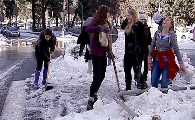 הקנדים גורפים שלג גם בחופש (צילום: חדשות 2)