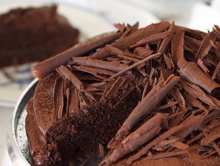 עוגת שוקולד עשירה פרוסה (צילום: חן שוקרון, אוכל טוב)