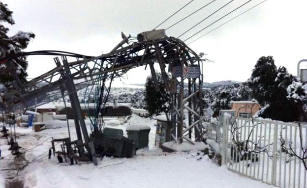 """עמוד חשמל שקרס (צילום: אופיר, עובד קק""""ל)"""