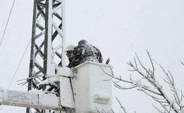 עובדי חברת החשמל עמלים בסופה, השבוע (צילום: חדשות 2)