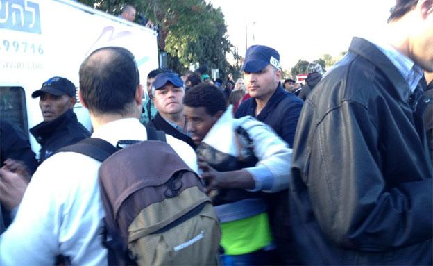 המסתננים נעצרו והועלו לאוטובוסים (צילום: חדשות 2)