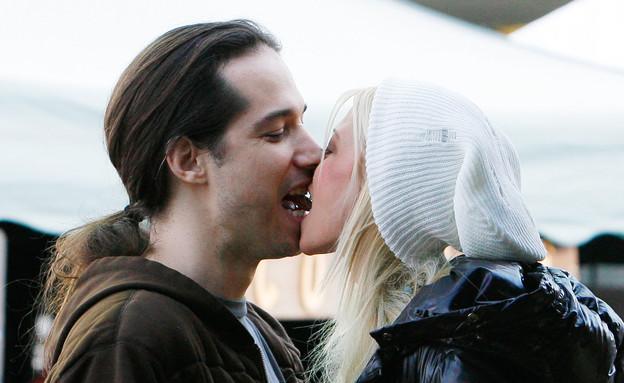 טארה ריד וארז איידן מתנשקים (צילום: AKM-GSI / Splash News, Splash news)