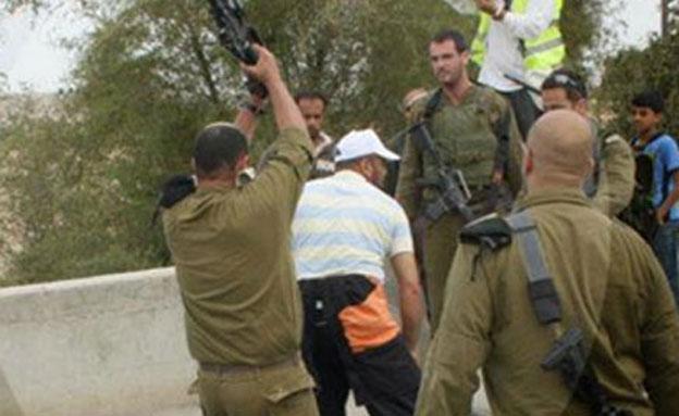 אייזנר בעת תקיפת מפגינים (צילום: ISM)