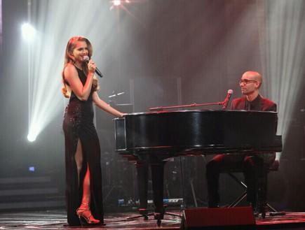 אסתי גינזבורג שרה ליד הפסנתר
