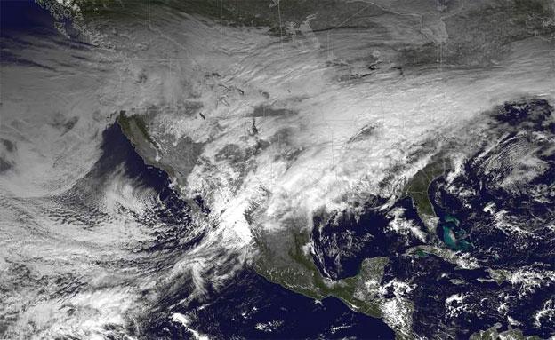 טיסות בוטלו, מאות אלפים מנותקים מחשמל (צילום: NASA)