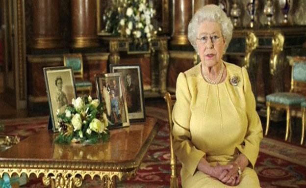 צפו: המלכה אליזבת' מברכת את הנתינים (צילום: רויטרס)