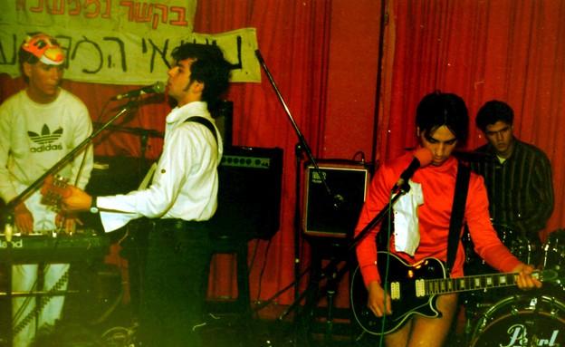 נושאי המגבעת, הופעה בבית לסין, 1987 (צילום: אלון סלע, ערן בנדהיים)