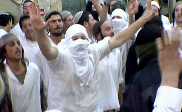 """צפו: """"ריקוד הסכינים"""" של נוער הגבעות (צילום: חדשות 2)"""