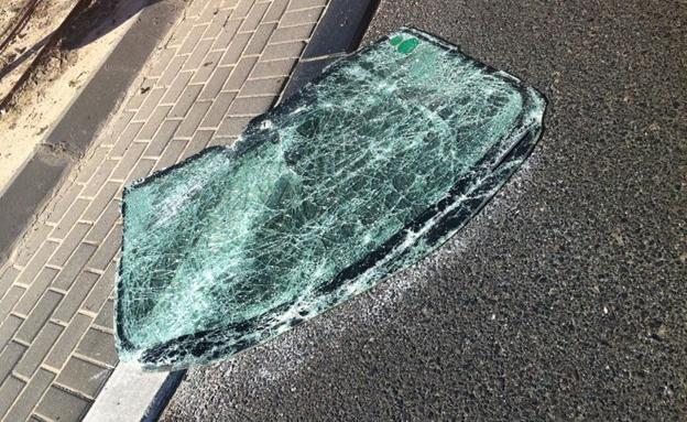 אחד החלונות שעף מהמכונית (צילום: איחוד הצלה)