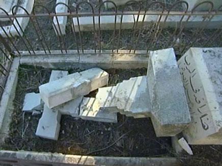 """""""נזק דיפלומטי"""". מצבות מנופצות בבית הקברו (צילום: חדשות 2)"""