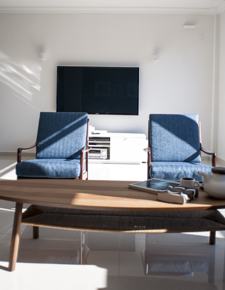מירב שדה, כורסאות שולחן גובה, צילום סיון אסקיו (צילום: סיון אסקיו)