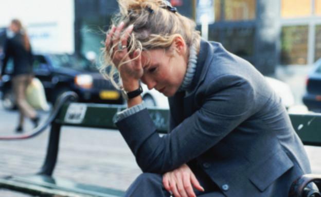 שופינג - אישה יושבת על ספסל ושמה יד על הראש (צילום: John Foxx, GettyImages IL)