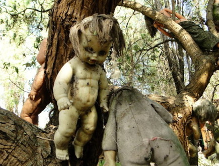 בובה על העץ, אי הבובות