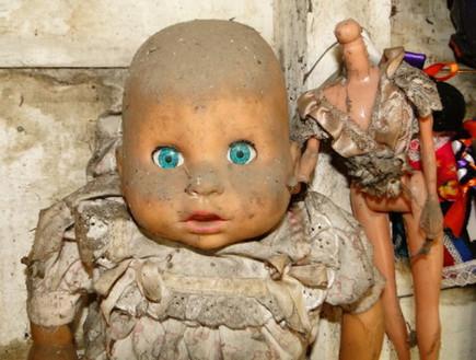 עיניים כחולות, אי הבובות