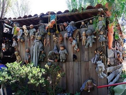 על הצריף, אי הבובות
