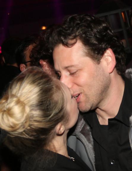 מיכל ינאי מתנשקת (צילום: פזית בר,  יחסי ציבור )