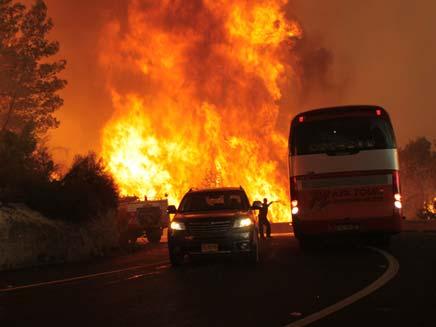 שריפת ענק בכרמל - תיעוד האוטובוס שעלה באש (צילום: חדשות 2)