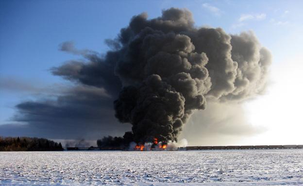 צפו בפיצוץ עקב תאונת הרכבת (צילום: AP)