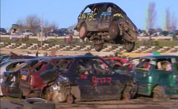 צפו: תחרות קפיצת מכוניות באנגליה (צילום: רויטרס)