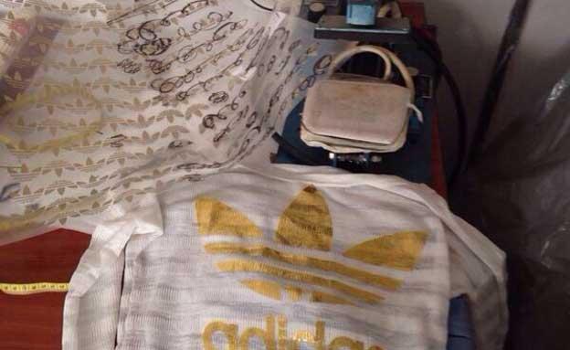 בגדים שנמצאו במתפרה (צילום: דוברות משטרה)