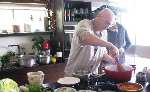 מטבחי שף, ארז מבשל, צילום אלון לוין אפשטיין (צילום: אלון לוין אפשטיין)