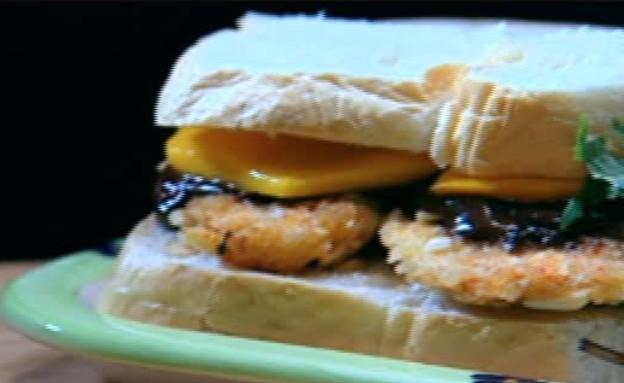 סנדוויץ' שניצל בציפוי שקדים של אורן זוהר (תמונת AVI: mako)