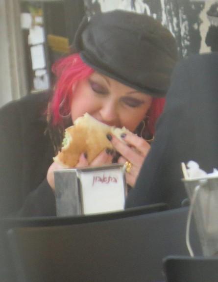 סינדי לאופר אוכלת פלאפל (צילום: ברק פכטר)