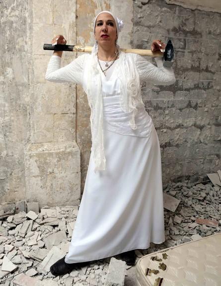 נעמי כפית עושה מיילי סיירוס (צילום: עודד קרני)