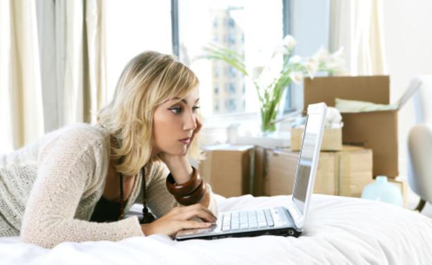 אישה משועממת מול מחשב (צילום: אימג'בנק / Thinkstock)